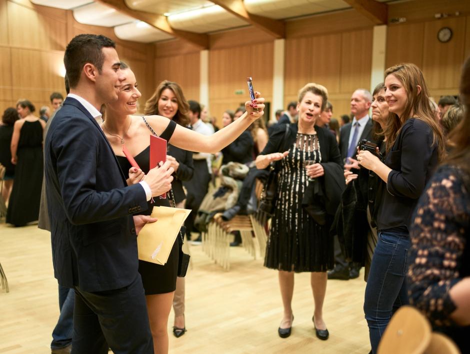 Geschafft – jetzt ein Selfie mit Maturzeugnis! Maturfeier des Gymnasiums Muttenz vom 17.12.2015