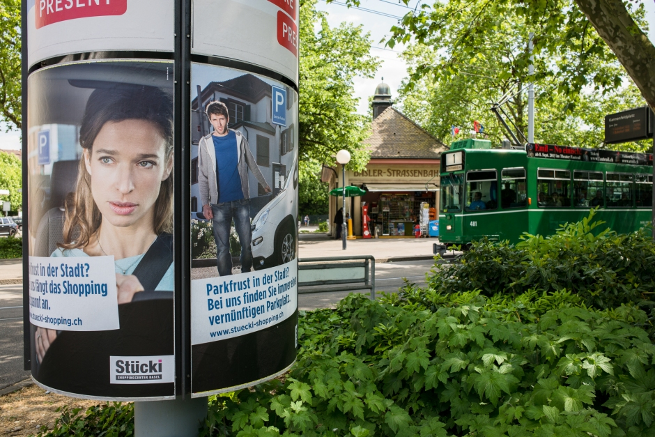 Auf dem Kannenfeldplatz: Das Stück-Shoppingcenter wirbt für sein Parkplatzangebot.