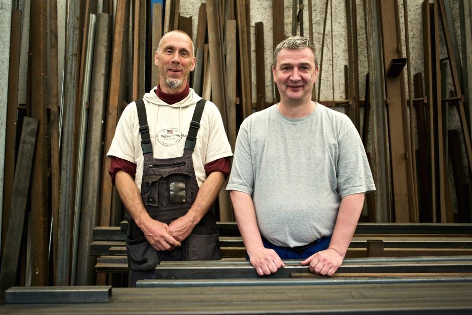 Die Schlosser Michael Bidder (links) und Adrian Studer bauen Velounterstände